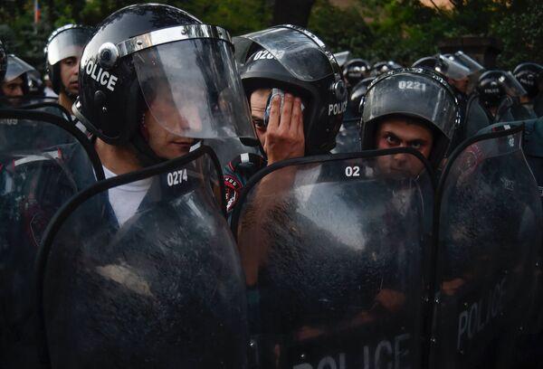 Сотрудники правоохранительных органов во время масштабной акции протеста - Sputnik Беларусь