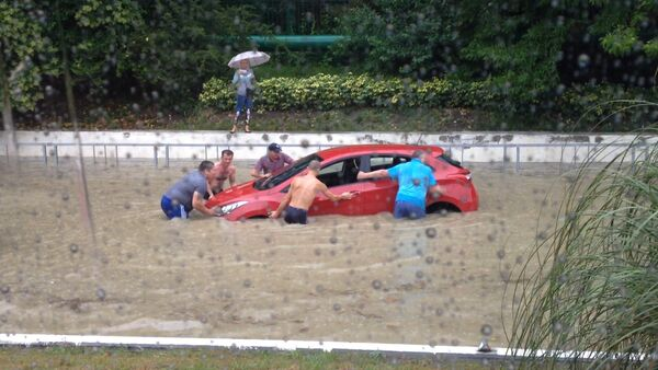 Проливной дождь подтопил улицы Сочи и Адлера - Sputnik Беларусь