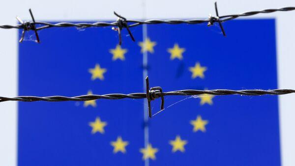 Флаг Евросоюза за колючей проволокой - Sputnik Беларусь