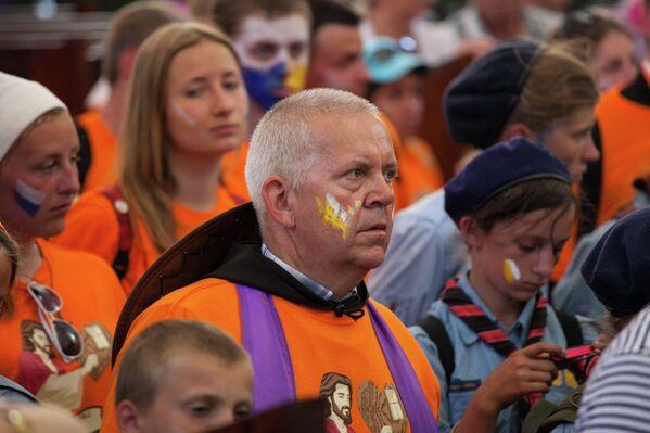 Группы пилигримов обязательно имеют что-то особенное - свои флаги и знаки на лицах. - Sputnik Беларусь