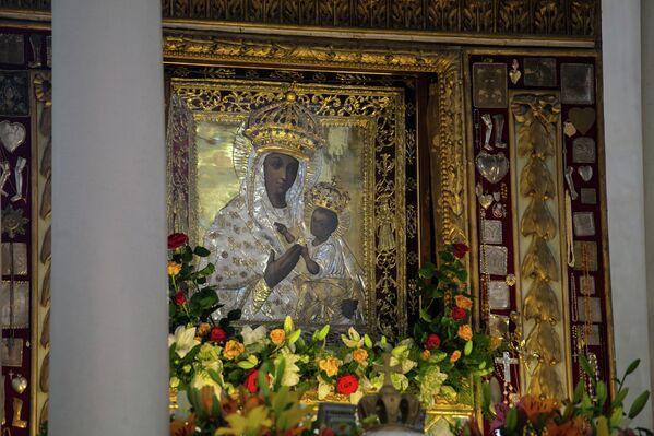Икона Будслаской Божьей матери хранится в костеле, все процессии на улице проводятся с ее копией. - Sputnik Беларусь
