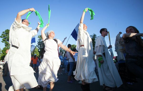 Во время праздника танцевали и пели даже монахи. - Sputnik Беларусь