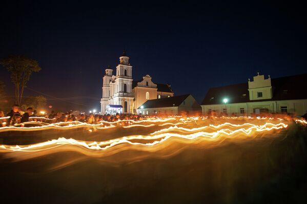 Ночное шествие с копией иконы Будславской Божьей матери и свечами перед костелом. - Sputnik Беларусь