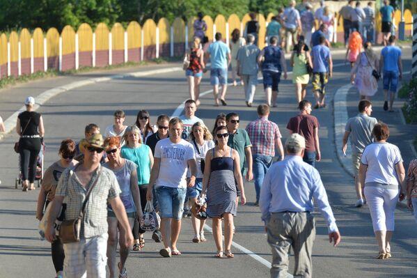 Жители и гости агрогородка направляются на берег Днепра, где организованы праздничные площадки - Sputnik Беларусь