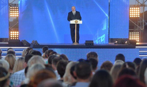 Открывая праздник, Александр Лукашенко подчеркнул, что белорусский народ не забывает свои песни, сказки и обычаи - Sputnik Беларусь