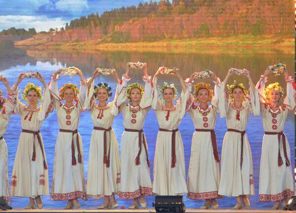 Белорусский народ бережно хранит живую фольклорную традицию, заявил глава государства - Sputnik Беларусь
