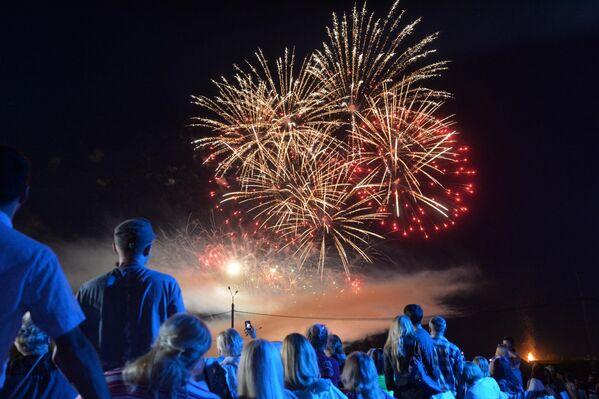 Завершили праздник - огненные цветы, распустившиеся в ночном небе - Sputnik Беларусь