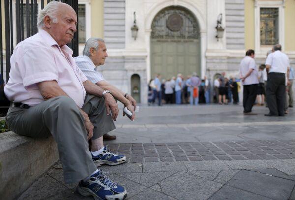 Пенсионеры сидят в очереди у банка в Афинах, ожидая выплаты пенсий - Sputnik Беларусь