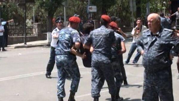 СПУТНИК_Полицейские на руках выносили задержанных участников протеста в Ереване - Sputnik Беларусь