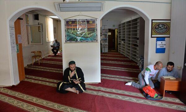 Служба во временной пристройке мечети Минска - Sputnik Беларусь