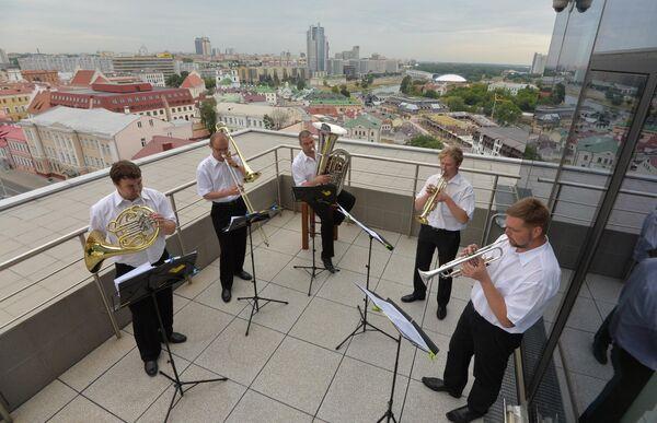 Брас-квінтэт Няміга на дахе будынка velcom - Sputnik Беларусь