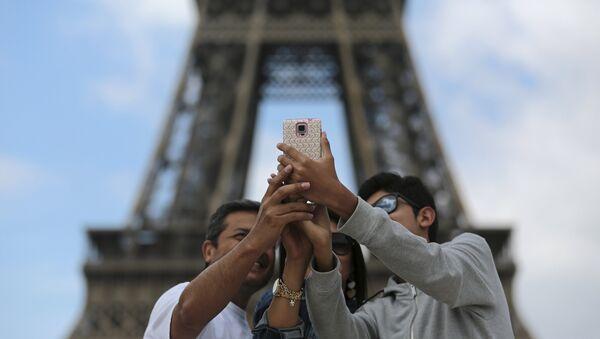 Туристы делают селфи перед Эйфелевой башней в Париже - Sputnik Беларусь