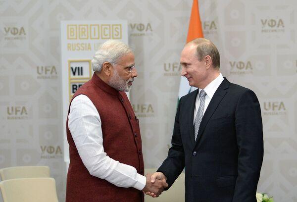 Президент РФ Владимир Путин (справа) и Премьер-министр Индии Нарендра Моди во время встречи в Уфе - Sputnik Беларусь