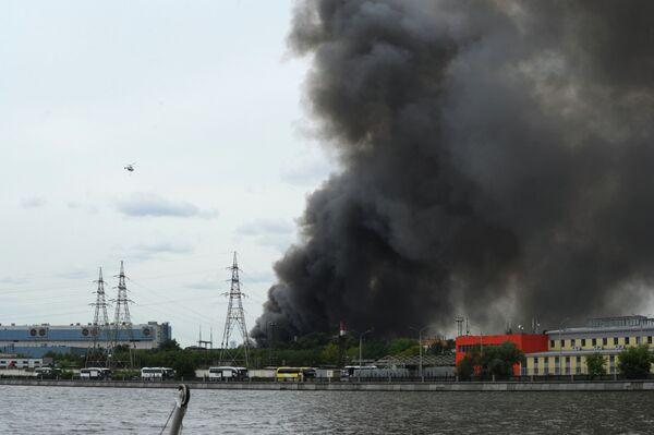 Пожар на складе с шинами на территории бывшего завода имени Лихачёва в Москве - Sputnik Беларусь