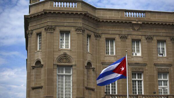 Кубинский флаг возле здания посольства Кубы в США - Sputnik Беларусь