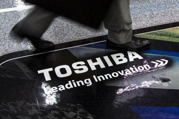 Логотип Toshiba Corp в магазине электроники в Токио - Sputnik Беларусь