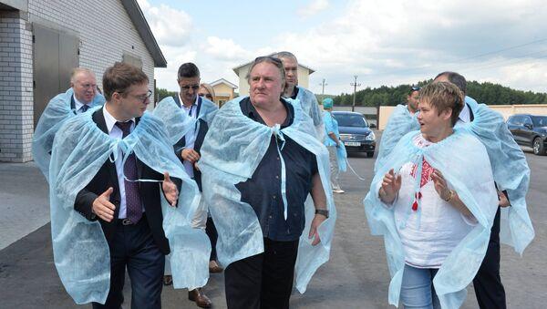 Жерар Депардье в СПК Азерицкий-Агро - Sputnik Беларусь