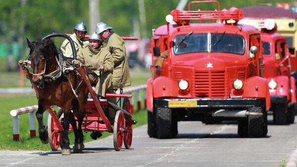 Конная повозка и автоцистерна ПМЗ-9 на ретро-показе пожарной техники - Sputnik Беларусь