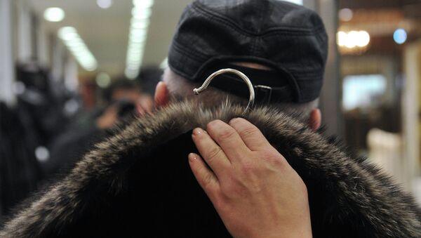 Покупатель во время примерки шубы - Sputnik Беларусь