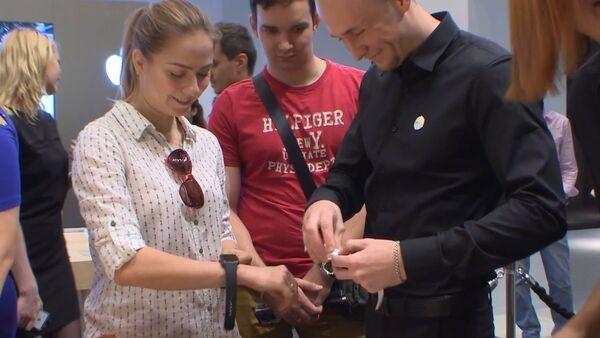 СПУТНИК_Москвичи тестировали и примеряли умные часы Apple в день старта продаж - Sputnik Беларусь