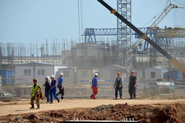 Рабочие возвращаются со смены на строящейся Белорусской АЭС - Sputnik Беларусь