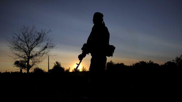 Боец в зоне боевых действий на востоке Украины - Sputnik Беларусь
