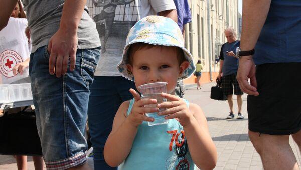 Ребенок пьет воду - Sputnik Беларусь