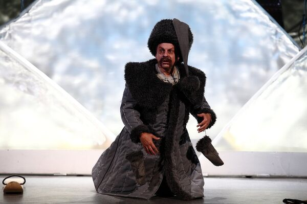 Сергей Журавель в спектакле Местечковое кабаре - Sputnik Беларусь