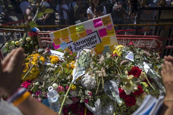 Цветы на месте теракта в Бангкоке - Sputnik Беларусь