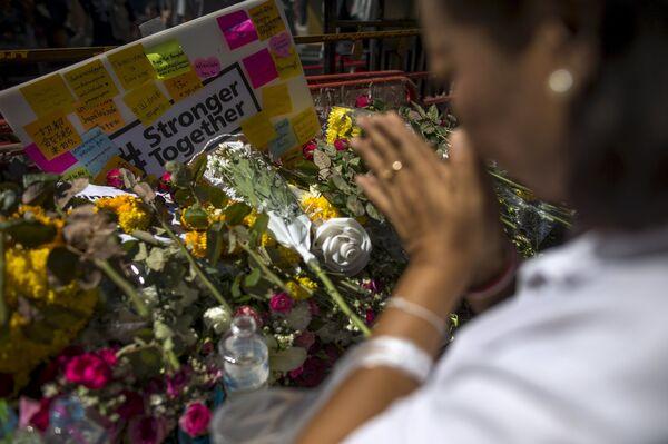 Жанчына моліцца на месцы тэракту ў Бангкоку - Sputnik Беларусь
