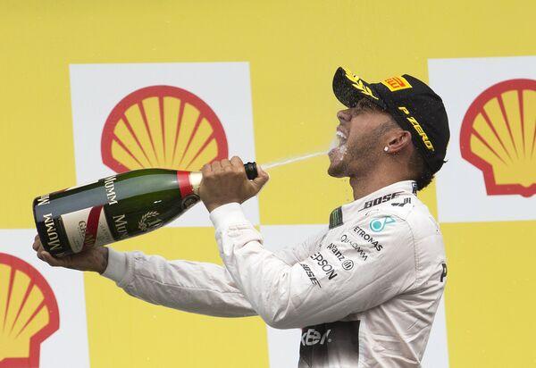 Льюис Хэмилтон празднует победу в Гран-при Бельгии - Sputnik Беларусь