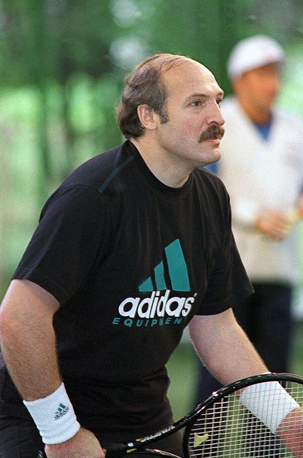 Переговоры не прерывались даже на теннисном корте. Александр Лукашенко во время игры с президентом России Борисом Ельциным 21 сентября 1995 года. - Sputnik Беларусь