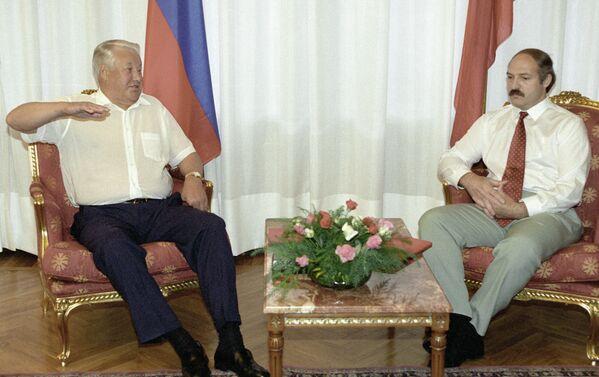 Президентов двух стран связывали дружеские отношения, и их встречи часто носили неформальный характер. Борис Ельцин беседует с Александром Лукашенко во время рабочей встречи 21 сентября 1995 года. - Sputnik Беларусь