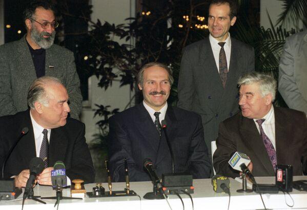 Белорусско-российские переговоры с целью урегулирования политического кризиса в республике в ноябре 1996-го. С помощью политических тяжеловесов из России Лукашенко преодолевает противостояние парламента. - Sputnik Беларусь