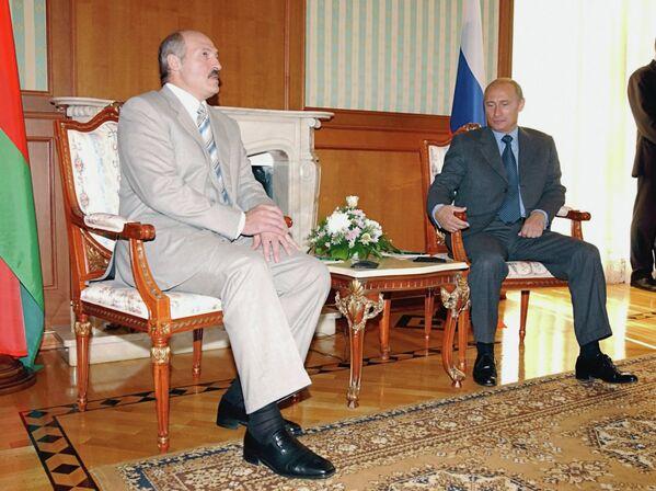 Бархатный сезон: Владимир Путин и Александр Лукашенко во время встречи в неформальной обстановке в Сочи в сентябре 2003 года. - Sputnik Беларусь