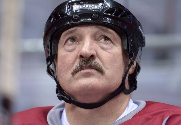 Президент играет в хоккей, потому что после травмы футбол он только смотрит. Александр Лукашенко на товарищеском хоккейном матче между командами Звезды НХЛ 1 и Звезды НХЛ 2 в Ледовом дворце Большой в Сочи 4 января 2014-го. - Sputnik Беларусь