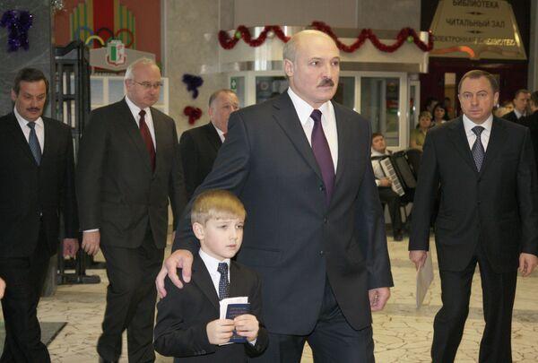 Президент Беларуси Александр Лукашенко с сыном Николаем принимает участие в голосовании на избирательном участке №1 Центрального района Минска в 2010 году. - Sputnik Беларусь