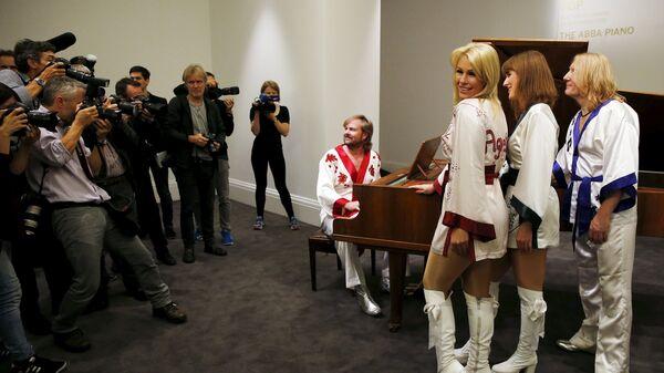 Шведская группа АВВА представляет рояль для аукциона в Лондоне, на котором были записаны многие их хиты - Sputnik Беларусь