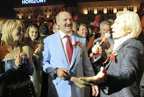 Глава государства ценит голоса не только во время избирательных кампаний. Александр Лукашенко принимает участие в праздничном концерте, который прошел в День Независимости на Октябрьской площади столицы 3 июля 2005 года. - Sputnik Беларусь
