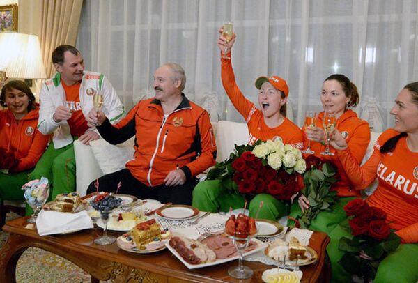 Президент и его команда: Александр Лукашенко во время празднования блистательной победы белорусской биатлонистки Дарьи Домрачевой в гонке преследования на Олимпийских играх в Сочи 11 февраля 2014 года. - Sputnik Беларусь