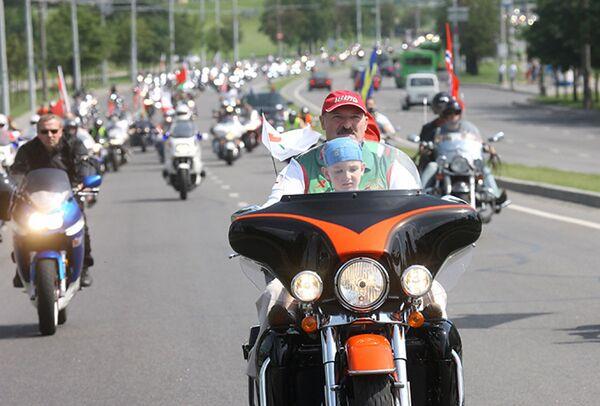 """Александр Лукашенко на байк-фестивале """"Минск-2009"""". Президент с сыном Николаем возглавил колонну на мотоцикле Harley-Davidson. Первое появление Николая с отцом состоялось в апреле 2008-го. На тот момент мальчику было 3 года и 7 месяцев. С тех пор сын всегда рядом. - Sputnik Беларусь"""