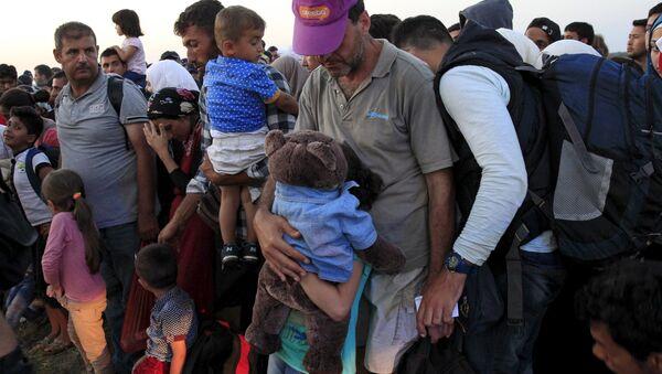 Беженцы из Сирии на границе с Венгрией. Архивное фото - Sputnik Беларусь