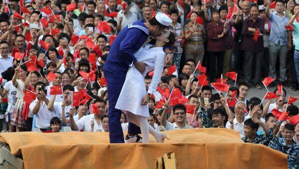 Поцелуй в конце войны. Инсценировка известной американской фотографии на параде в Китае - Sputnik Беларусь