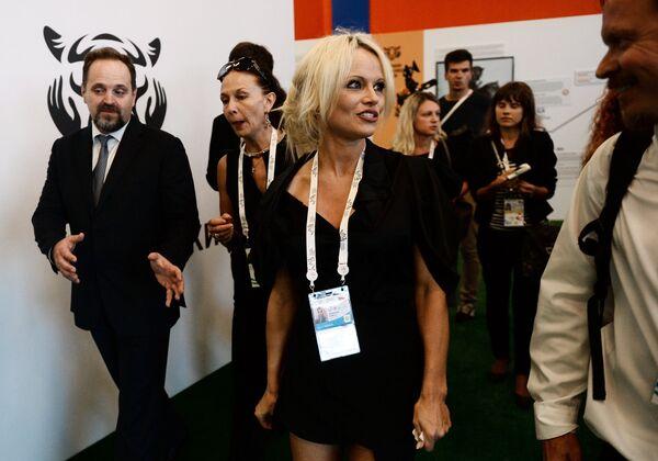 Министр природных ресурсов и экологии РФ Сергей Донской (слева) и актриса, защитница животных Памела Андерсон - Sputnik Беларусь
