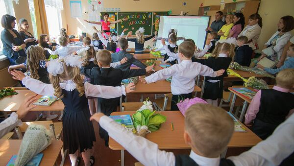 Настаўніца і дзеці ў класе - Sputnik Беларусь