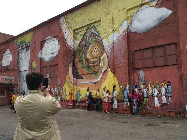 Минчане фотографируются на фоне граффити Vulica Brasil на ул. Октябрьской. - Sputnik Беларусь