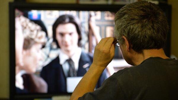 Человек смотрит телевизор - Sputnik Беларусь
