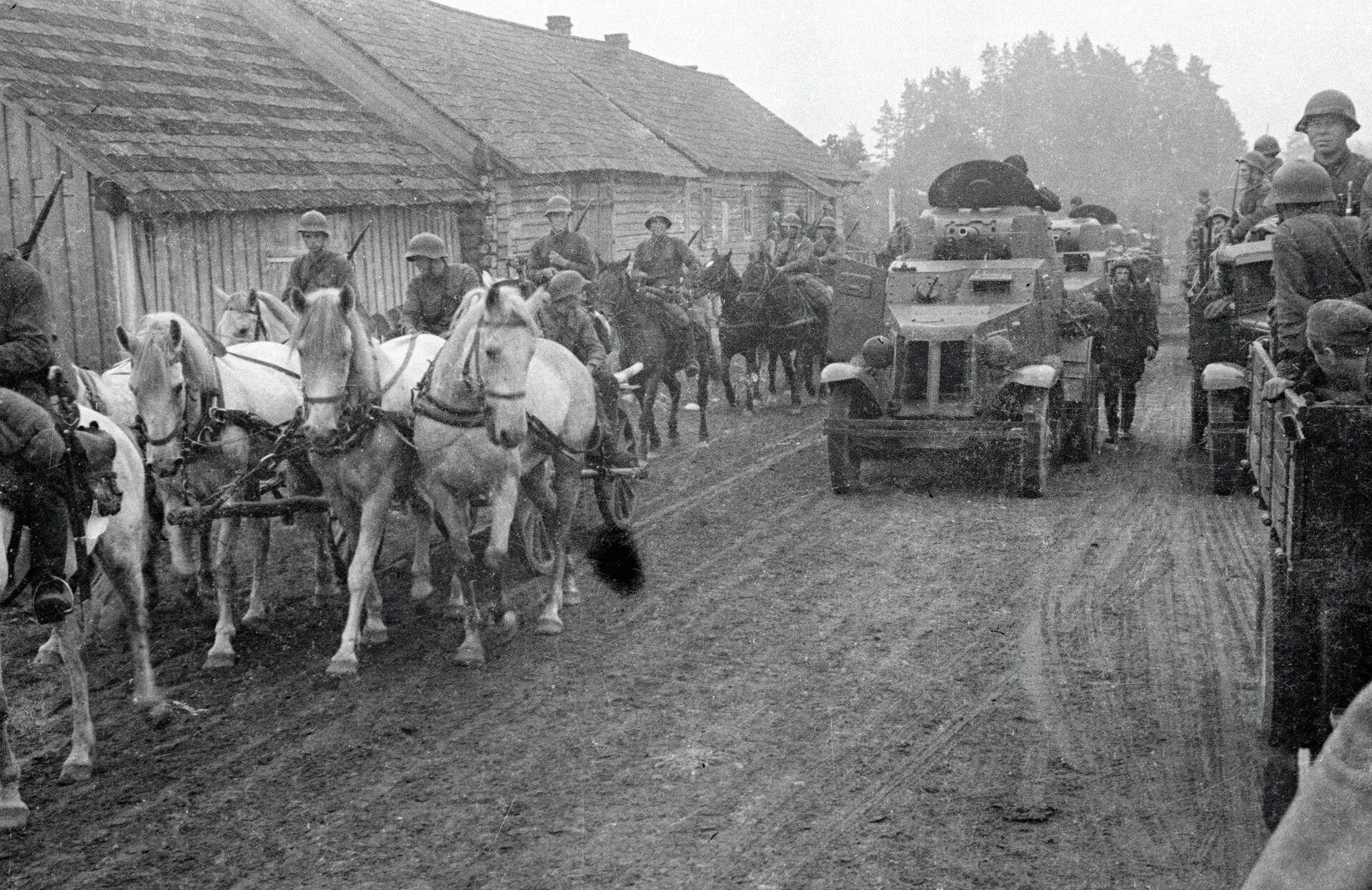 Советские войска проходят через деревню Молочанка в Западной Беларуси - Sputnik Беларусь, 1920, 17.09.2021