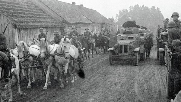 Советские войска проходят через деревню Молочанка в Западной Белоруссии - Sputnik Беларусь