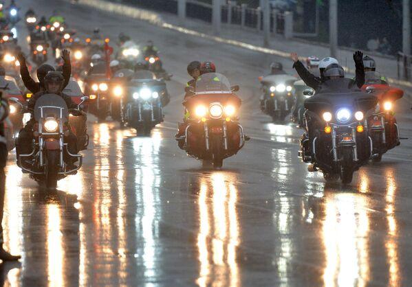 Колонна мотоциклистов направляется по центру Минска ко Дворцу спорта - Sputnik Беларусь